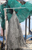 Wielkie sieci rybackie w łodzi rybackiej przy molem Zdjęcia Royalty Free