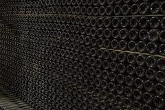 Wielkie sterty wino butelki w wytwórnia win lochu Obraz Stock