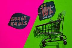 Wielkie transakcje Do -70% Z Sklepowego teksta i wózka na zakupy i Teraz obraz stock