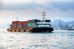 Wielkiego ładunku nautyczny naczynie w Wiktoria schronieniu, Hong Kong przy zmierzchem Biznesowi logistycznie, eksportują, import Obraz Royalty Free