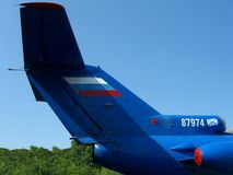 Wielkiego błękitnego ogonu ładunku pocztowy Rosyjski samolot na tle niebo obrazy stock