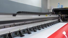 Wielkiego formata inkjet spotkania z prasą drukowa operacja Pracująca wielkiego formata drukarka Jeździecki fracht z farbą 4K zdjęcie wideo