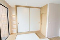 Wielkiego garderoba stylu biały ślizgowy drzwi zdjęcia royalty free