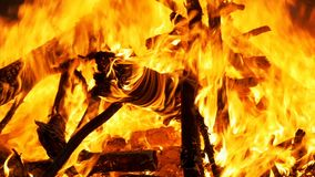 Wielkiego ogienia palenie przy nocą swobodny ruch zbiory