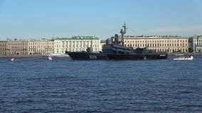 Wielkiego pociska ` Dimitrovgrad łódkowaty ` na tle pałac bulwar wzdłuż Neva rzeki saint petersburg zdjęcie wideo