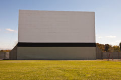 Wielkiego rocznika plenerowy zajezdny kino - frontowy widok Zdjęcie Royalty Free