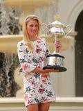 Wielkiego Szlema mistrz Angelique Kerber pozuje w rzędu domu z mistrzostwa trofeum Niemcy Zdjęcia Royalty Free