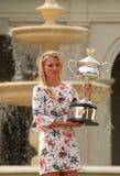 Wielkiego Szlema mistrz Angelique Kerber pozuje w rzędu domu z mistrzostwa trofeum Niemcy Obrazy Royalty Free