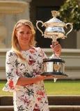 Wielkiego Szlema mistrz Angelique Kerber pozuje w rzędu domu z mistrzostwa trofeum Niemcy Fotografia Royalty Free