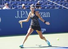 Wielkiego Szlema mistrza Ana Ivanovich praktyki dla us open 2014 przy Billie Cajgowego królewiątka tenisa Krajowym centrum Zdjęcia Royalty Free