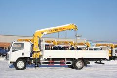 Wielkiej białej samochód ciężarówki dźwigowa pozycja na budowie w zimie, 21, 2016 - Rosja Crimea, Styczeń, - Obrazy Royalty Free