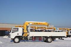 Wielkiej białej samochód ciężarówki dźwigowa pozycja na budowie w zimie, 21, 2016 - Rosja Crimea, Styczeń, - Zdjęcie Royalty Free