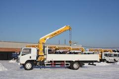 Wielkiej białej samochód ciężarówki dźwigowa pozycja na budowie w zimie, 21, 2016 - Rosja Crimea, Styczeń, - Obraz Royalty Free