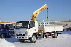 Wielkiej białej samochód ciężarówki dźwigowa pozycja na budowie w zimie, 21, 2016 - Rosja Crimea, Styczeń, - Zdjęcie Stock