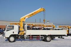 Wielkiej białej samochód ciężarówki dźwigowa pozycja na budowie w zimie, 21, 2016 - Rosja Crimea, Styczeń, - Obraz Stock