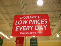 wielkiej czerwonej sprzedaży detalicznej zakupy błyszczący znak Zdjęcie Royalty Free
