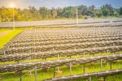 Wielkiej skala słoneczny gospodarstwo rolne, mega photovoltaic elektrownia w zieleni g Obraz Royalty Free