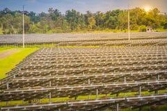 Wielkiej skala słoneczny gospodarstwo rolne, mega photovoltaic elektrownia w zieleni g Zdjęcia Royalty Free