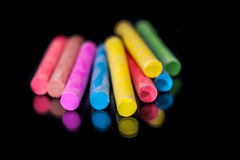 Wielo- barwiona kreda odizolowywająca na czerni zdjęcia royalty free