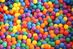 Wielo- barwione jaskrawe plastikowe piłki obrazy royalty free