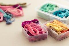 Wielo- barwione nici zdjęcia stock