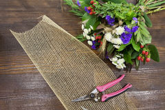 Wielo- barwiony bukiet, burlap i pruner, Zdjęcie Stock