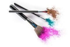 Wielo- Barwiony Prochowy Eyeshadow na muśnięciu, mody piękna narzędzie Zdjęcie Royalty Free
