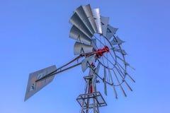 Wielo- bladed windpump przeciw niebieskiemu niebu w Utah fotografia royalty free