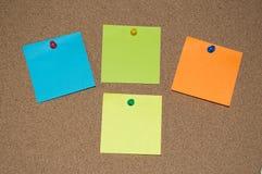 Wielo- Coloured poczta ono Zauważa na Korkowej desce Zdjęcia Royalty Free