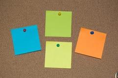 Wielo- Coloured poczta ono Zauważa na Korkowej desce Obraz Stock