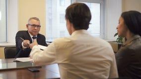 Wielo- etniczna para na prawnik konsultacji w nieruchomości agencji przed hipoteka kontrakta podpisywaniem zbiory wideo