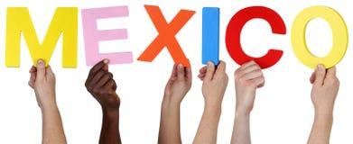 Wielo- grupa etnicza ludzie trzyma słowo Meksyk Fotografia Royalty Free