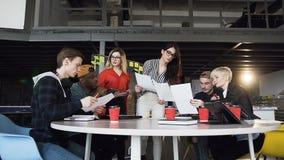 Wielo- grupa etnicza młodzi modnisiów ludzie dyskutuje biznesowych pomysły zdjęcie wideo