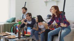 Wielo- grupa etnicza ogląda hokejowego mistrzostwo na TV wpólnie przyjaciół sportów fan z Francuskimi flaga państowowa zbiory wideo