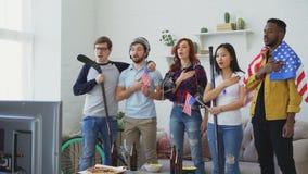 Wielo- grupa etnicza słucha krajowego usa hymn i śpiewa przyjaciół wielbiciele sportu bawi się mistrzostwo przed oglądać zbiory wideo