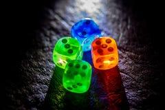Wielo- kolor kostki do gry shinning w zmroku miękkim światłem zdjęcia stock