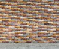 Wielo- koloru ściana z cegieł i cement podłoga Zdjęcia Stock