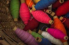 Wielo- koloru bawełniane przędze w koszu Obraz Stock