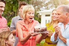 Wielo- pokolenia odświętności Rodzinny urodziny W ogródzie zdjęcie stock