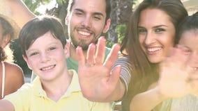Wielo- pokolenia Rodzinna pozycja Outdoors, falowanie I zdjęcie wideo