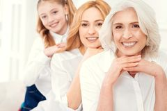 Wielo- pokolenie rodzina pozuje dla kamery Zdjęcia Stock