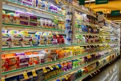 Wielo- witaminy nawa w Safeway zdjęcie royalty free