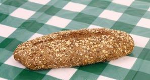 Wielo- - zbożowy chleb na czeka tablecloth. obraz royalty free