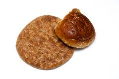 Wielo- zbożowy płaski chleb z rolką na bielu Obrazy Royalty Free