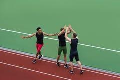 Wieloetniczna atlety drużyny pozycja na bieg śladzie fotografia stock