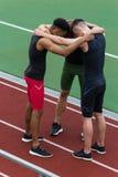 Wieloetniczna atlety drużyny pozycja na bieg śladzie outdoors obraz stock