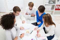 Wieloetniczna biznes drużyna w spotkaniu Fotografia Royalty Free