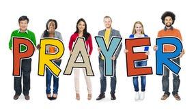 Wieloetniczna grupy ludzi mienia listu modlitwa obrazy stock