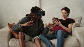Wieloetniczna para używa nową trend technologię zbiory