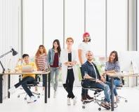Wieloetniczna różnorodna biznes drużyna w biurowym spotkaniu, kopii przestrzeń Kreatywnie ludzie, organizacja drużynowego budynku obrazy royalty free